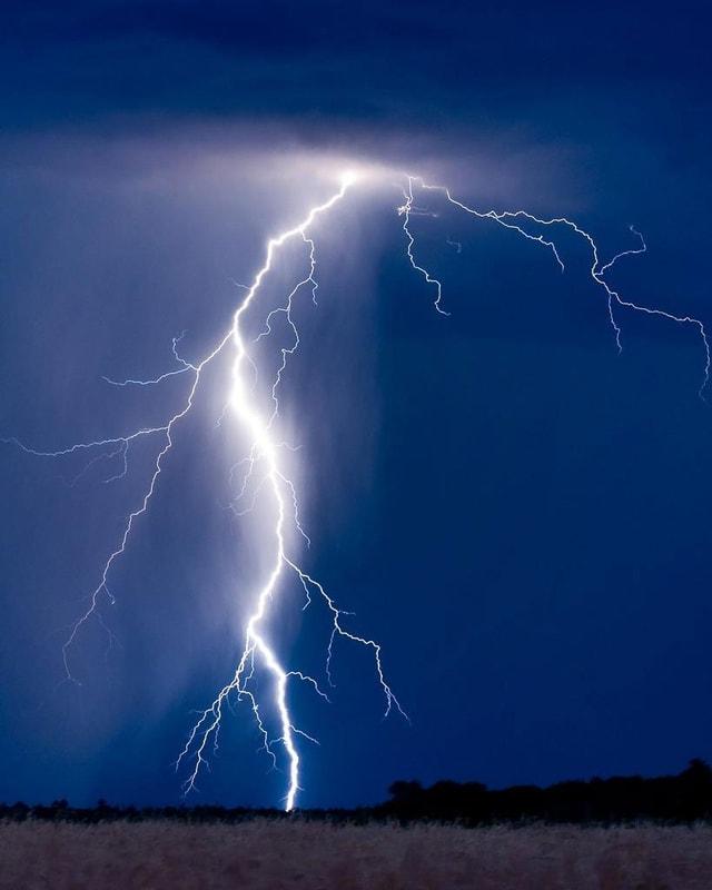 Ein Blitz schlägt ein.