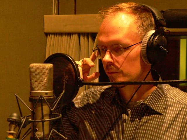 Dietmar Dath im Hörspiel-Studio.