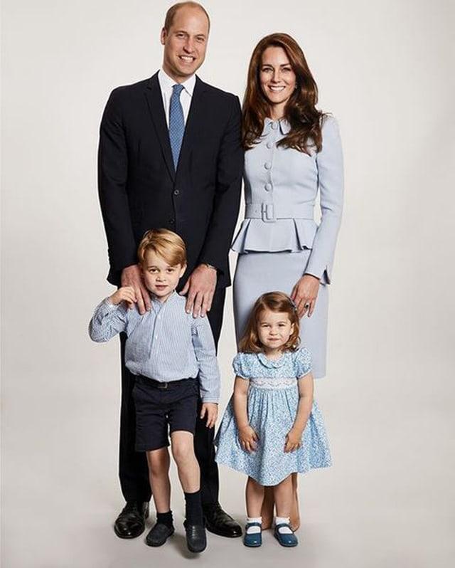 Frau, Mann, Junge und Mädchen posieren für den Fotografen