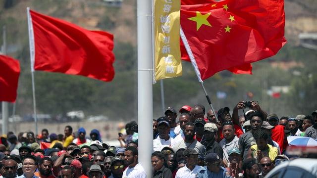 Menschenmenge und chinesische Fahnen