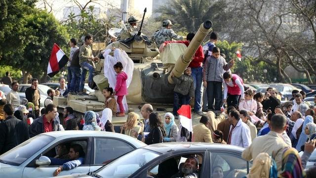 Menschen auf Panzern