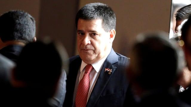 Paraguays Präsident Horacio Cartes umgeben von anderen Menschen.