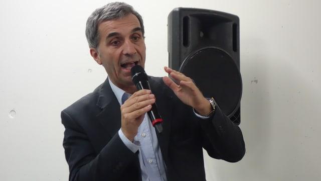 Il president dal Parc Adula Fabrizio Keller declera ils detagls dal contract dal parc.