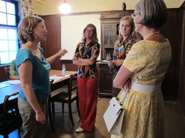 Regisseurin Katrin Sauter bespricht sich mit drei Darstellerinnen im Hotel «Tanne».