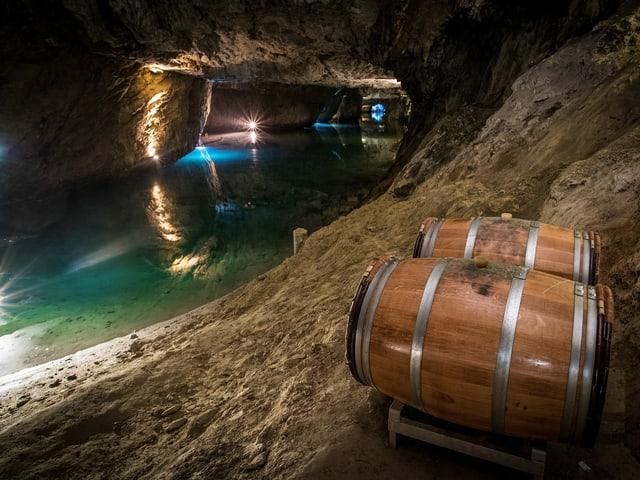 Weinfässer in der Höhle.