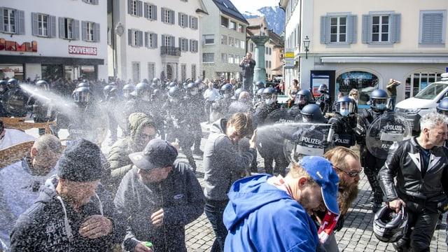 Polizei bespritzt Kundgebungsteilnehmer mit Reizstoffen