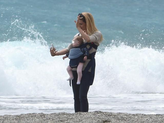 Michelle Hunziker macht von sich und Tochter Sole ein Foto.