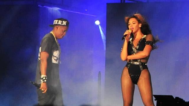 Beyoncé und Jay-Z auf der Bühne im blauen Scheinwerferlicht.