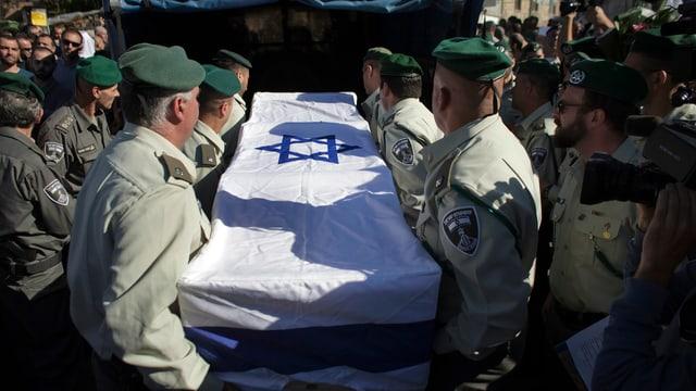 Soldaten tragen einen Sarg mit einer israelischen Flagge.