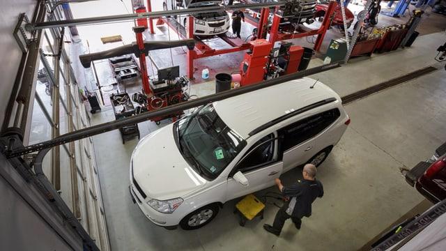 Ein Autotechniker schliesst die Türe an einem Chevy Traverse in einer GM-Fabrik. (reu)