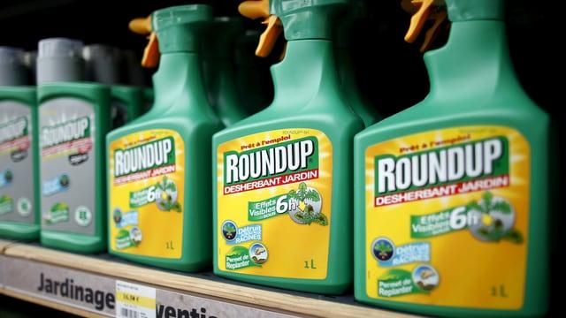 Ein Regal mit Roundup-Flaschen