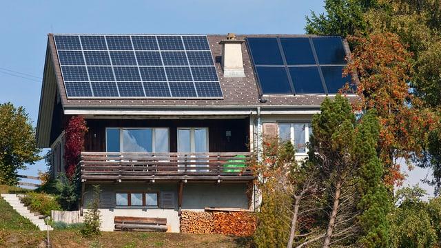Solarzellen auf Dach eines Einfamilienhauses