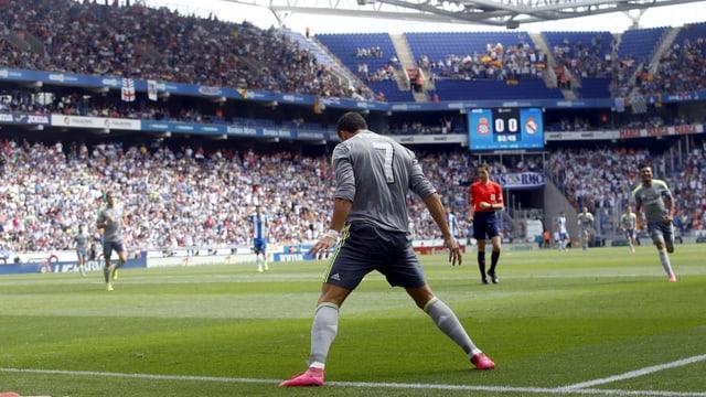 Cristiano Ronaldo feiert einen Treffer an der Torauslinie.