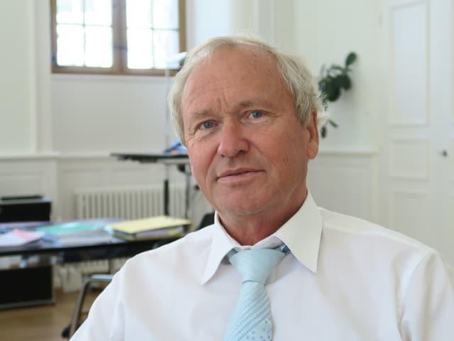 Porträtbild von einem Mann in einem Büro