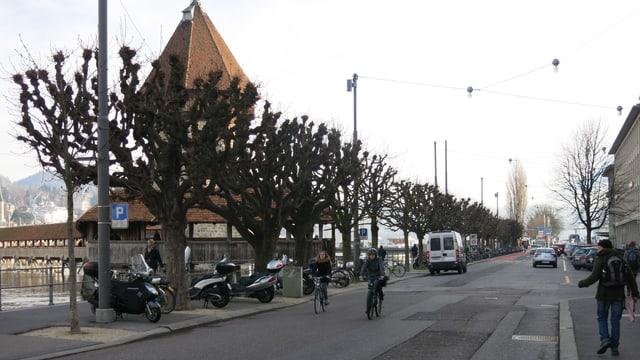 Zwei Velofahrer auf der Bahnhofstrasse in Luzern
