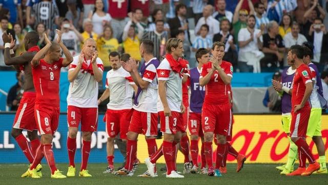 Die Schweizer Nati-Spieler bedanken sich nach dem WM-Out für den Support im Stadion.
