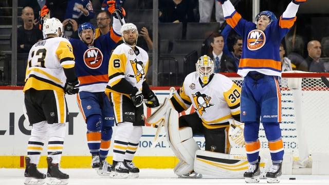 Die Islanders jubeln nach dem späten Siegtreffer.