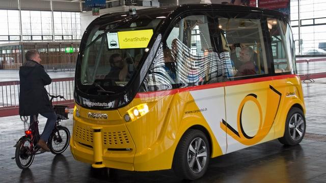 Selbstfahrender Shuttel-Bus am Bahnhof