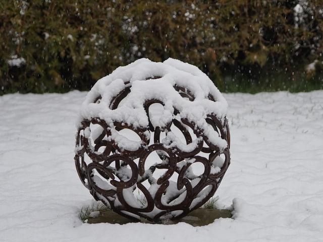Eine Haufeisenkugel im Schnee.