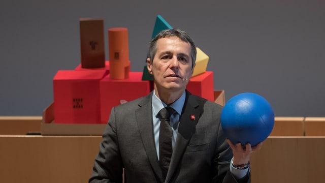 A maun dad objects ha Ignazio Cassis declerà las relaziuns cun l'Uniun Europeana. La culla blaua è la cunvegna da basa...