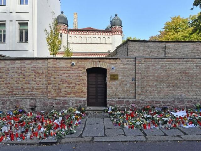 Blumen vor der Synagoge