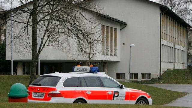 Einsatzfahrzeuge der Kantonspolizei Solothurn steht vor dem Schulgebäude im solothurnischen Langendorf wo es im März 2009 zu einer Messerstecherei gekommen war. Für solche Fälle will sich Bremgarten wappnen.