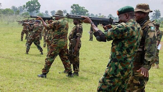 Nigerianische Soldaten bei Schiessübungen.