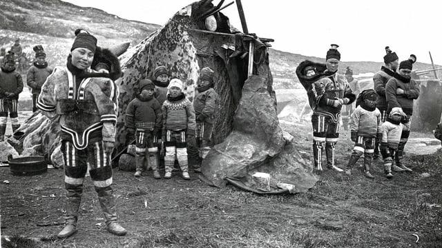 Dunnas dad Inuit cun lur uffants fotografadas durant l'emprima expediziun il 1909.