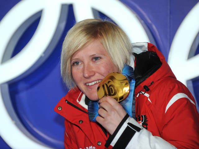 Andrea Fischbacher mit der olympischen Goldmedaille von Vancouver, welche sie im Super-G gewann.