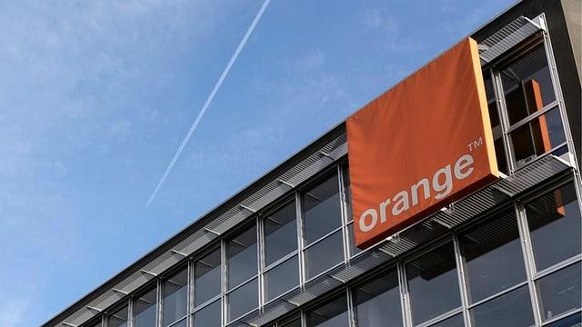 Bürogebäude mit Orange-Logo.