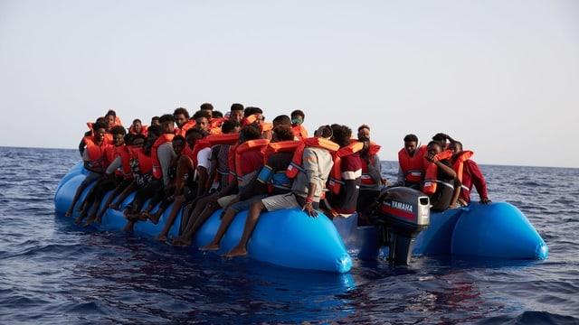 Boot mit Flüchtlingen.