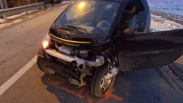Ein stark beschädigtes Auto.