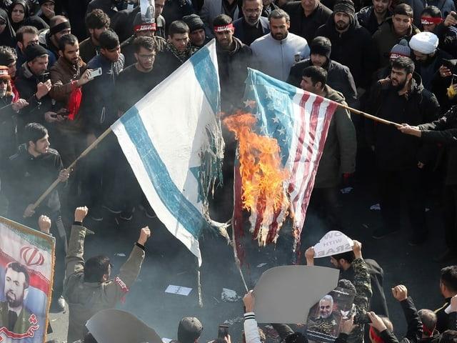 US- und israelische Flaggen werden verbrannt.