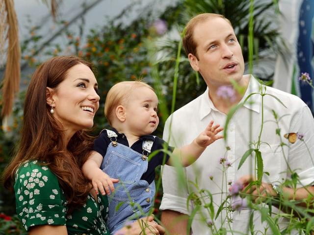 Wiliam und Kate lächelnd. Sie hält George auf dem Arm.