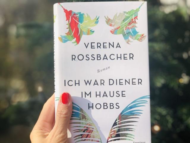 Der Roman Verena Rossbacher: «Ich war Diener im Hause Hobbs» vor einem Weihnachtsbaum