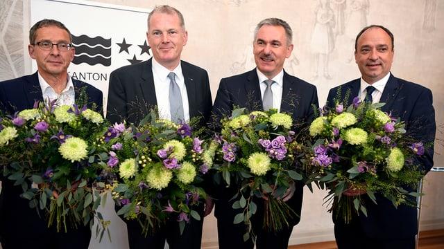 Vier Regierungsräte mit Blumensträussen