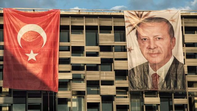 Wohnblock mit Transparent Erdogans und türkischer Flagge