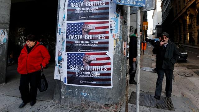 Auf Plakaten in den Strassen von Buenos Aires steht «Stopp den Geiern».