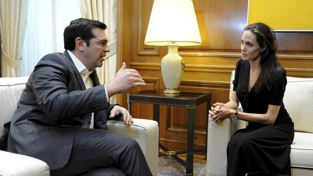 Angelina Jolie unterhält sich mit Alexis Tsiprias