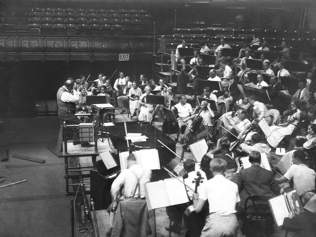 Die Probe eines Orchesters, schwarz/weiss.