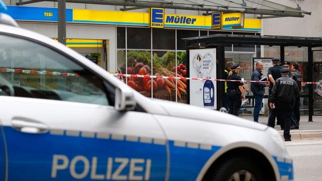 Ein Polizeiauto steht vor der Edeka-Filiale.