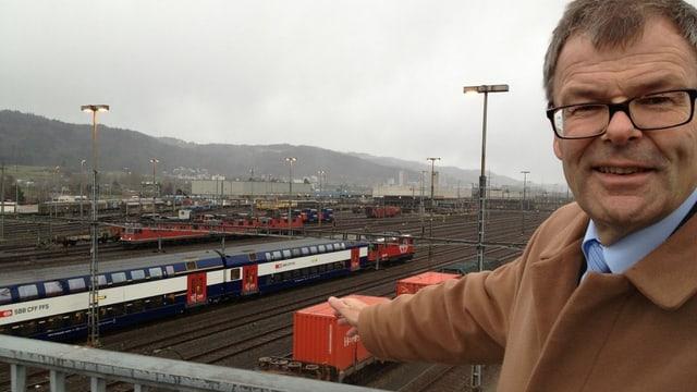 Der Dietiker Stadtpräsident Otto Müller zeigt auf die Gleise, wo der Gateway Limmattal geplant ist.