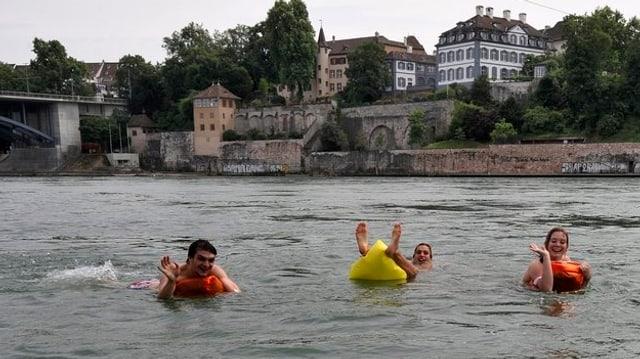 Badende im Rhein in Basel.