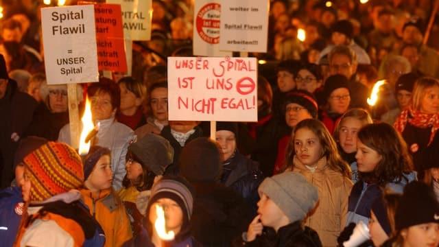 Ein Blick in die Protestierenden die sich 2004 gegen die Spitalsschliessung in Flawil wehrten.