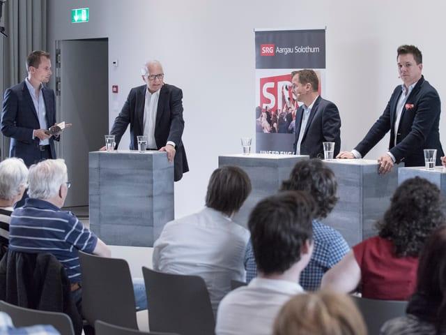 Ruedi Matter am sprechen, daneben Moderator Jonas Projer und andere Podiumsteilnehmer