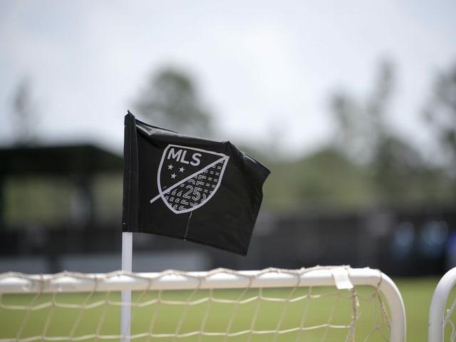 Logo der MLS auf einer Fahne.
