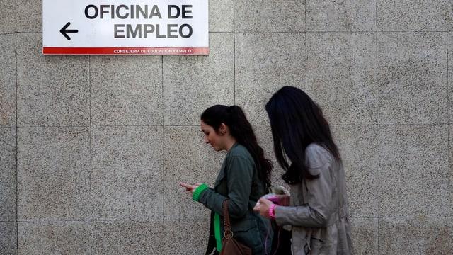 Zwei Junge Frauen vor einer Arbeitsvermittlungsstelle in Madrid.