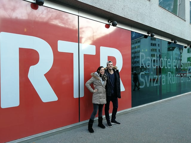 Sandro Dietrich e Nyna Dubois avant il logo da RTR.