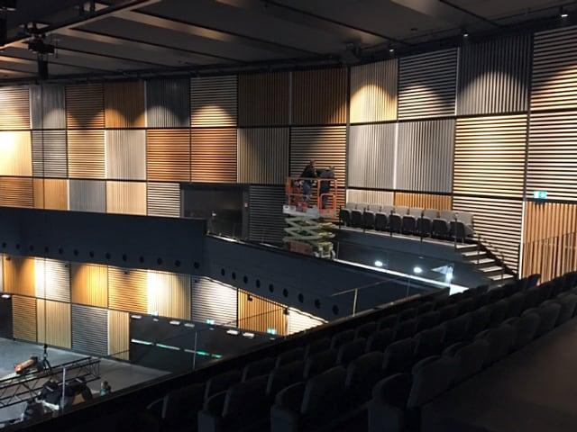 Blick von der Tribüne auf die Rückwand der Konzerthalle