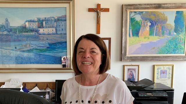 Frau vor einem hölzernen Kreuz